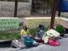 30-indigenas-de-otavalo-lavando-ropas-en-un-rio-a-orillas-de-la-calle