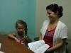 infante-discapacitada-en-consulta-recibe-un-libro-de-proyecto-cultural