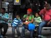 Familia esperando guagua en Caracas