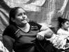 Una mujer guatemalteca espera en el lado mexicana para para solicitar asilo en EE.UU.