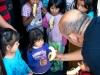 Distribuyendo bananos en el orfanto en Mexico