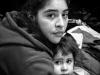 Madre y hija esperando para una entrevista con la inmigración de Estados Unidos