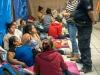 Panchito hablando en el refugio con las personas sobre la situacion de sus solicitudes para asilo.