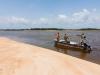 gallinas_001 1.La tripulación de la marina de Sierra Leona buscan la parte de agua más profunda mientras que viajamos por el Rio Kerefe.
