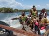 gallinas_004 Nuestro guía local y los marineros de la marina de Sierra Leona hablan sobre la vía a seguir.