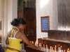 15-devota-prende-una-vela