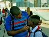 Como él muchos papas también acompañan a sus pequeños a la escuela