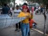 Marisol haciendo su carpa improvisada en la calle ya que no pudo entrar al campamento.