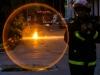 un-bombero-evita-que-alguien-pase-por-encima-del-cable