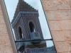 Reflejo de la torre en un edificio cercano.