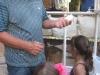 Ricardo Ponce de Leon explicando a los niños como sembrar plantas.
