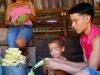 Hasta los más pequeños de la casa con deseos de comer ayaca, ayudan al deshoje del maíz.