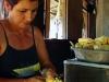 Adelaida desgranando la mazorca del maíz para luego molerla
