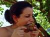Mientras se prepara la masa, otros no aguantan los deseos y asan la mazorca del maíz en la braza, muy rico además.