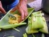 Luego de obtener la masa de maíz, se envuelve el la propia hoja y se amarran sus extremos, lo que le dará forma a la ayaca. Ya son unas cuantas…