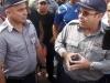 Momento en que la policia asegura que no dejerán continuar por el Malecon.
