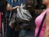 vendedor de bolsas en catia