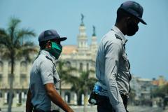 Polic-as-vigilan-las-calles-al-fondo-el-Gran-Teatro-de-La-Habana-Alicia-Alonso-yailina-alfaro