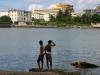 ninos-pescando-en-desembocadura-de-rio