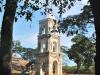"""Una alta torre (\""""mirador\"""") fue construida en una  \""""hacienda\"""" (estate) productora de azúcar para observar a los esclavos y chequear cualquier intento de fuga."""