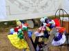 """Artesanías locales, incluyendo bordados y muñecas hechas a mano, se venden a lo largo del camino hacia el \""""mirador\""""."""