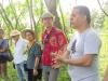 artista-con-camisa-roja-en-debate-de-problematica-ecologica