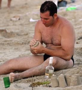 Envases de cerveza o refrescos, botellas, vasos y bolsas de plástico vacías o con restos de alimentos y muchas colillas de cigarrillos quedan cada día sobre la arena.  Photo: Caridad