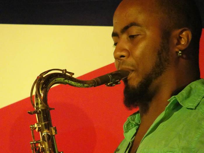 Saxofonista Manuel Miyares.  Photo: Elio Delgado