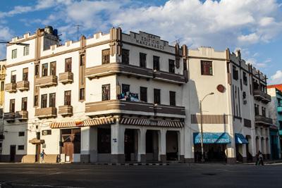 El edificio Manzanares en Centro Habana.  Foto: Juan  Suárez