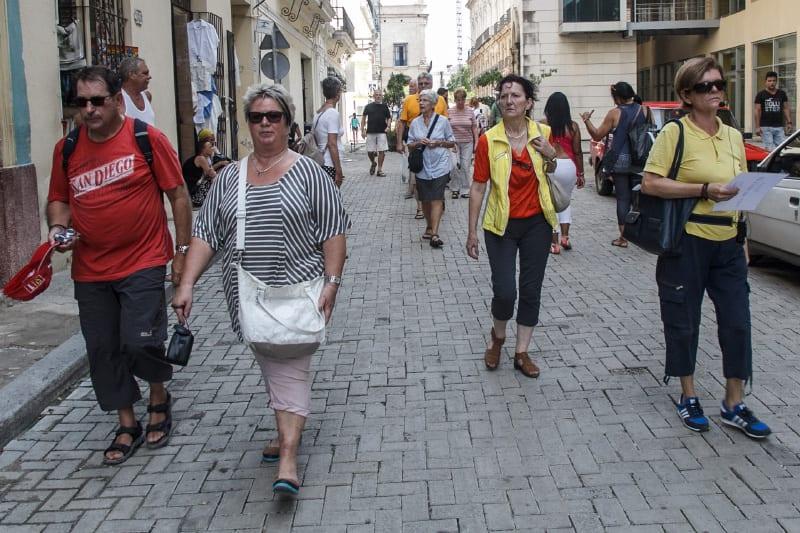 Turistas recorriendo las calles de La Habana. Foto: Juan Suárez