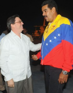 El canciller cubano Bruno Rodríguez da la bienvenida al presidente venezolano, Nicolás Maduro.  Foto: granma.cubaweb.cu