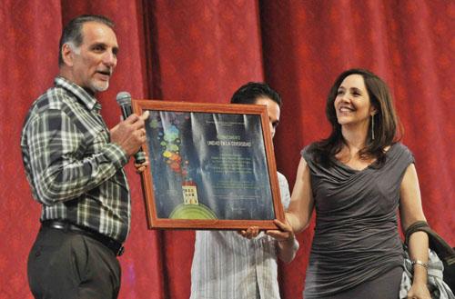 René González recibió en nombre de los Cinco un reconocimiento especial entregado por Mariela Castro Espín, directora del CENESEX. Foto: granma.cubaweb.cu