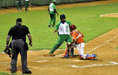 El out en home plate de José D. Abreu en la sexta a manos de Pestano. (Fotos: Carolina Vilches)
