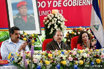 Nicolas Maduro, Daniel Ortega y Rosario Murillo en la cumbre de Petrocaribe, en Managua, 29 de junio, 2013.  Foto: www.lavozdelsandinismo.com/