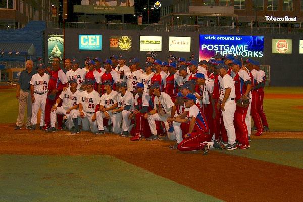 Al concluír el último choque Estados Unidos y Cuba se fundieron en un solo conjunto como muestra del respeto que ambos se sienten en la arena deportiva. Fue un digno final a una muy bien preparada serie. (Foto: J. McDonald)