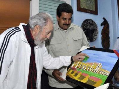 El presidente venezolano obsequió al líder cubano un cuadro dibujado y pintado por el líder venezolano, Hugo Chávez, durante una de sus jornadas de tratamiento en La Habana. La imagen del cuadro es el Cuartel Moncada. Foto: Estudio Revolución/Cubadebate.cu