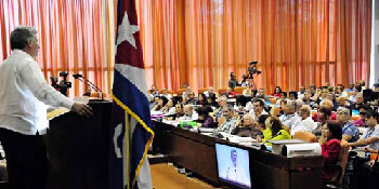 El primer vicepresident dirige a los periodistas cubanos en su congreso. Foto: granma.cubaweb.cu