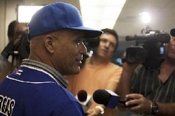 Lázaro Vargas habla con la prensa de Miami. Foto: Levi Escobar para Progreso Semanal