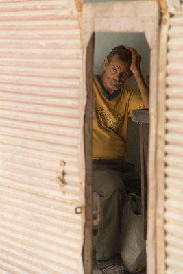 Hombre en La Habana. Foto: Juan Suarez