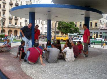 Un debate público de 13 personas provocó una advertencia de la seguridad del estado cubana.