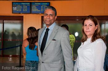 El Dr. Oscar Elías Biscet acompaña a su esposa a la terminal aérea de La Habana desde donde voló directamente a Miami. Foto: Raquel Pérez