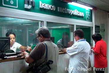 A partir del anuncio del fin de la dualidad monetaria aumentó la demanda de pesos cubanos, en espera de su revaluación. Foto. Raquel Pérez