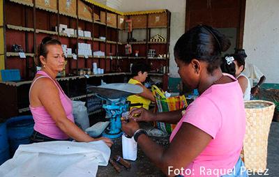 Los pesos cubanos sirvieron desde los 90 solo para comprar los alimentos racionados y pagar servicios como la luz y el agua. Foto: Raquel Pérez