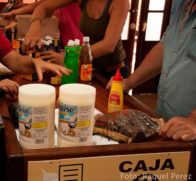 Pronto en las tiendas de divisas se podrá comprar también en pesos cubanos como primer paso para terminar con la dualidad monetaria. Foto: Raquel Pérez