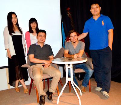 """El artista visual cubano Asniel """"Chuli"""" Herrera, junto al grupo organizador de """"Meet in Beijing"""". A su derecha, sentado, Benjamín Yi."""