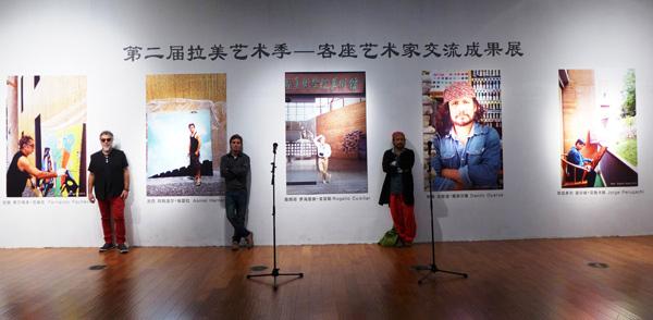"""El artista visual cubano Asniel """"Chuli"""" Herrera junto a los colegas Fernando Pacheco, de Brasil, y Danilo Oyarce, de Ecuador."""