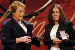 Reina María Rodríguez recibió de manos de la presidenta chilena Michelle Bachelet