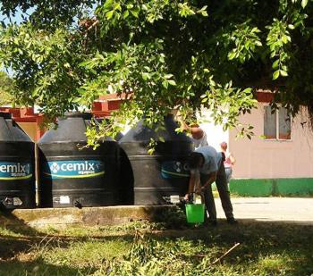 Campista abasteciendo de agua.