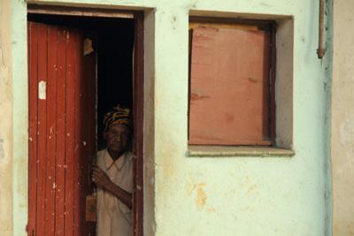 Anciana en la puerta.