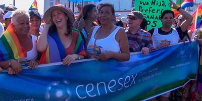 Adela desfila junto a Mariela Castro y el resto de los miembros del Centro Nacional de Educación Sexual.